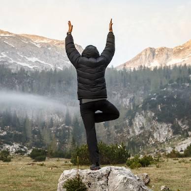 Ein Macht macht im Yoga die Baumpose